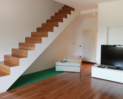 Scala mod. ST composta da struttura, gradini e alzate in legno