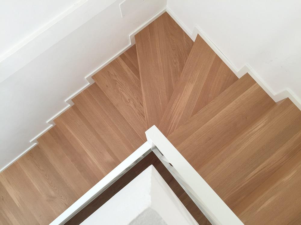 Scala in faggio laccato e gradini in rovere naturale (4)