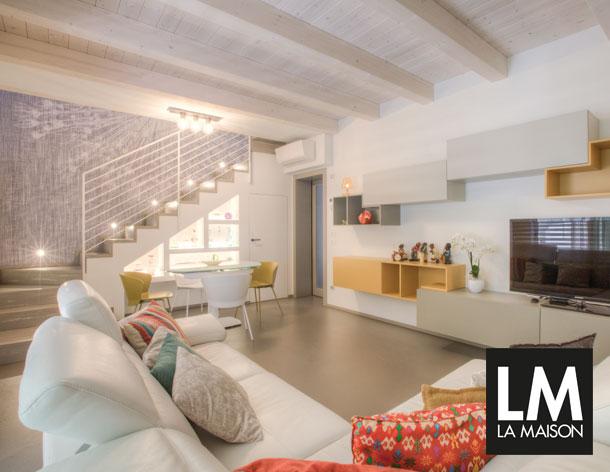 Scala-Riccione-Living-pavimento-in-eco-malta-grigia-scala-laccata-a-effetto-vintage-divano-pelle-bianco-tetto-in-legno-610x472