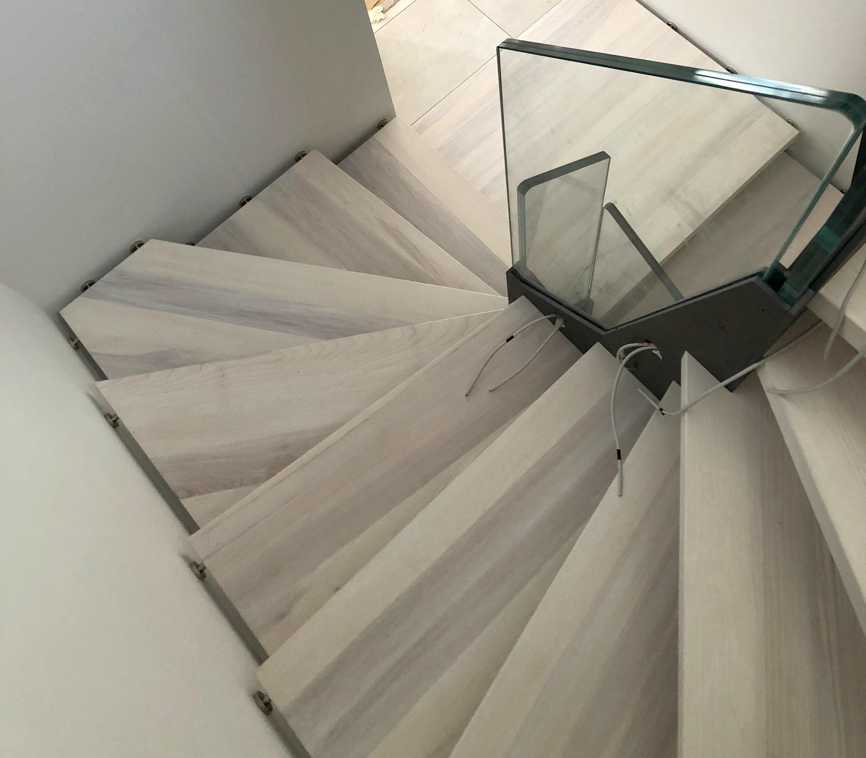 Scala con monostruttura in acciaio e ringhiera in vetro (3)