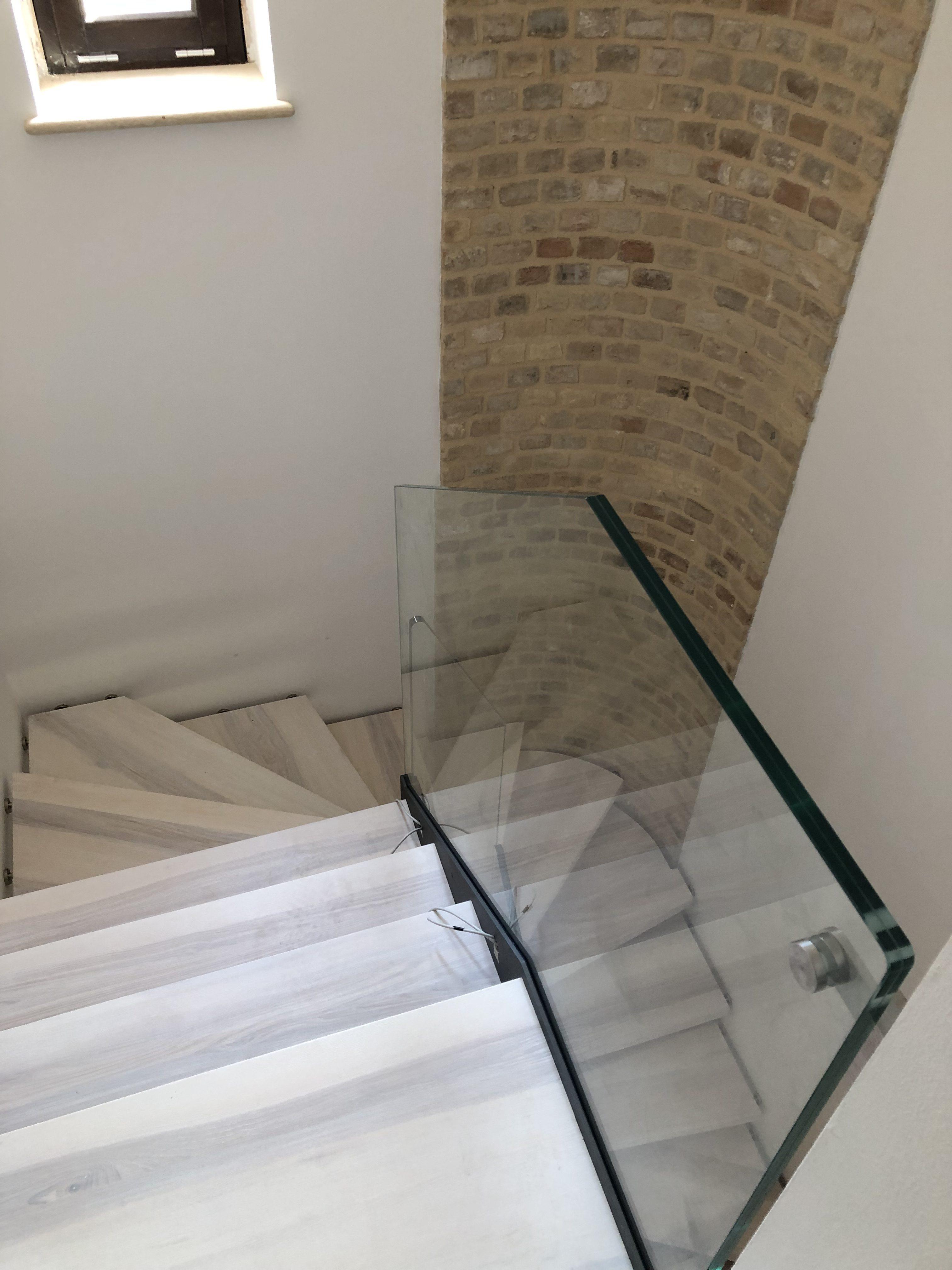 Scala con monostruttura in acciaio e ringhiera in vetro (4)