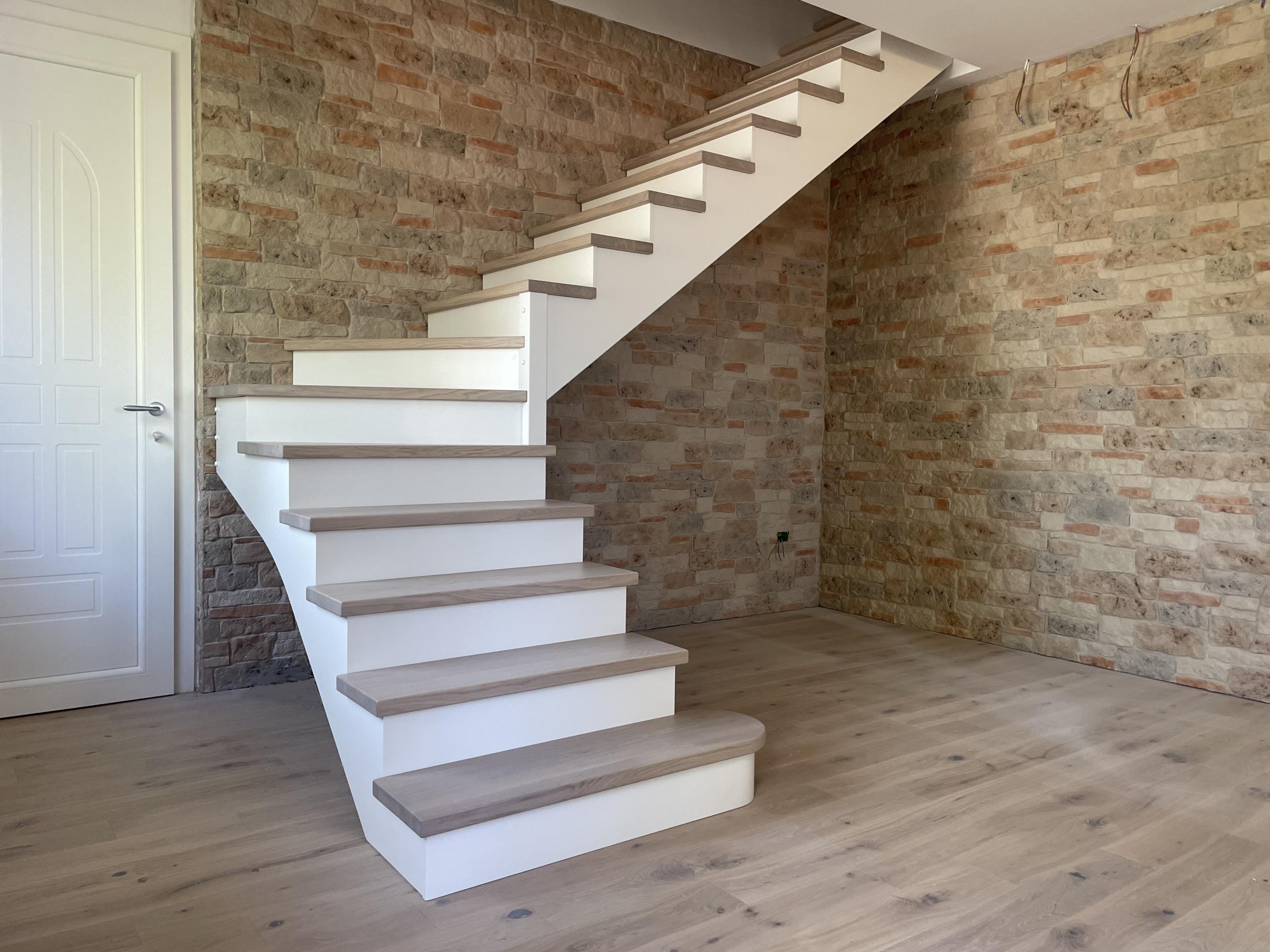 Scala con gradini in rovere e alzate laccate
