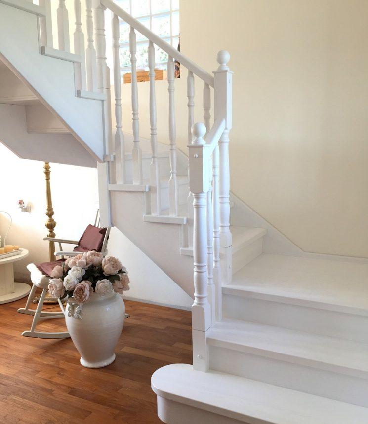 Scala in legno di frassino spazzolato laccato bianco e ringhiera a colonnette tornite